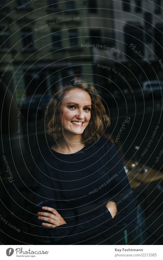 Junge blonde Frau schaut durchs Fenster in Kamera Lifestyle Freude Glück harmonisch Zufriedenheit feminin Junge Frau Jugendliche Leben 1 Mensch 18-30 Jahre