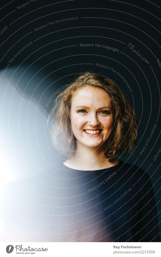 Blonde lächelnde Frau Lifestyle Freude Glück Wellness Leben harmonisch Wohlgefühl Zufriedenheit feminin Junge Frau Jugendliche Erwachsene 1 Mensch 18-30 Jahre