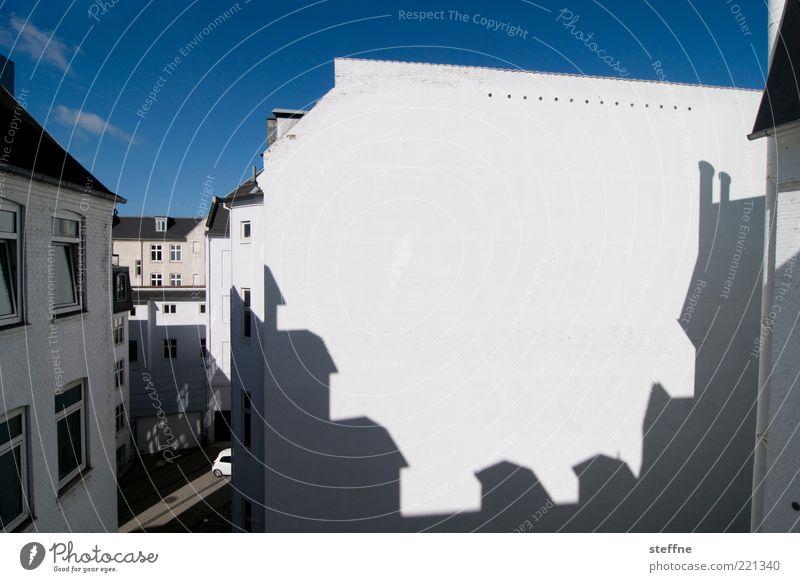 Kreissäge reloaded Himmel weiß Stadt blau Haus Wand Mauer Fassade Dach eng Schönes Wetter Hinterhof Dänemark Altstadt Licht Kopenhagen
