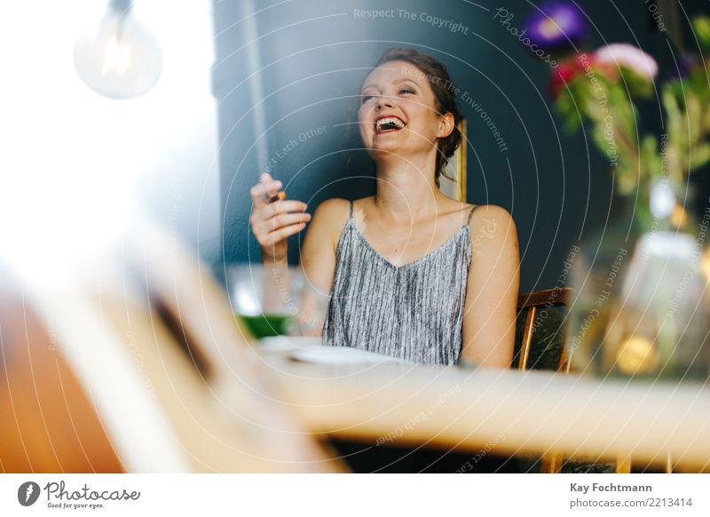 lachende junge blonde Frau am Tisch Lifestyle Freude Glück Leben feminin Junge Frau Jugendliche 1 Mensch 18-30 Jahre Erwachsene Kleid langhaarig Zopf sprechen