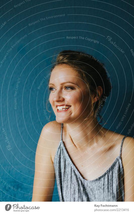 Portrait einer lächelnden blonden Frau Mensch Jugendliche Junge Frau blau schön Freude 18-30 Jahre Erwachsene Leben Lifestyle sprechen Gesundheit natürlich