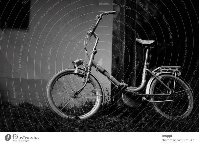 es war einmal... Fahrzeug Gras Verkehrsmittel Fahrrad alt warten retro grau schwarz weiß Oldtimer Fahrradsattel Reifen Fahrradlenker Fahrradrahmen dunkel