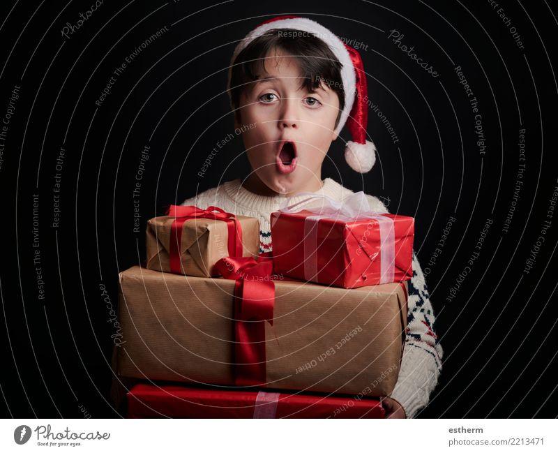 glückliches Kind mit Geschenken zu Weihnachten Mensch Ferien & Urlaub & Reisen Weihnachten & Advent Freude Winter Lifestyle Liebe lustig Gefühle Bewegung Glück