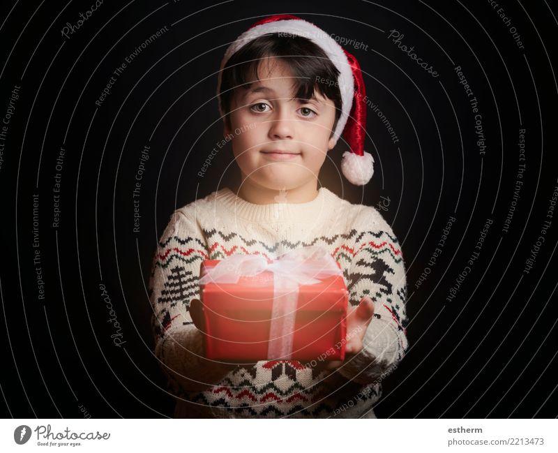 glückliches Kind mit einem Weihnachtsgeschenk Mensch Ferien & Urlaub & Reisen Weihnachten & Advent Freude Winter Lifestyle Liebe lustig Gefühle lachen