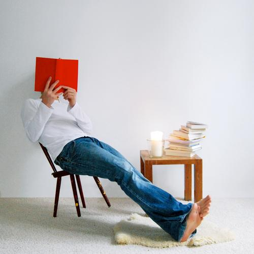 facebook Lifestyle Wohlgefühl ruhig lesen Häusliches Leben Wohnung Innenarchitektur Dekoration & Verzierung Möbel Stuhl Tisch Mann Erwachsene sitzen Buch Stapel