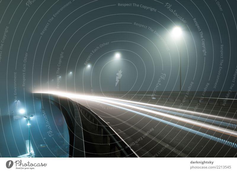 Schnellstraße mit Autoverkehr bei Nacht und Nebel blau Stadt Straße gelb grau Angst Verkehr PKW gefährlich Geschwindigkeit Brücke Industrie Sauberkeit