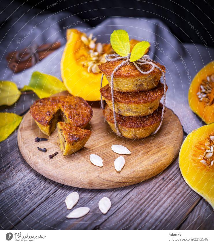 süße Kürbismuffins Blatt Essen gelb Herbst Holz frisch Tisch Küche Gemüse Süßwaren heiß Frühstück Tradition Dessert Brot Backwaren