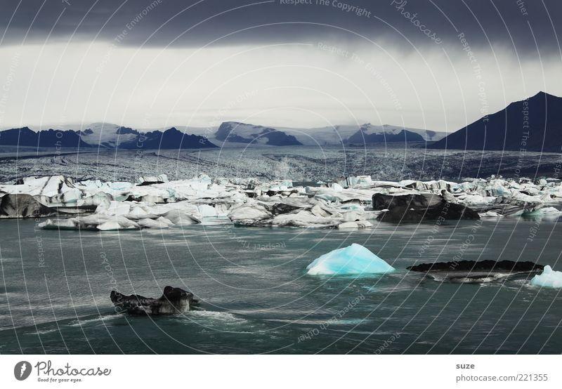 Kleines Glück Natur blau Wasser Einsamkeit Wolken Landschaft Umwelt Ferne dunkel Berge u. Gebirge kalt See Stimmung außergewöhnlich Klima leuchten