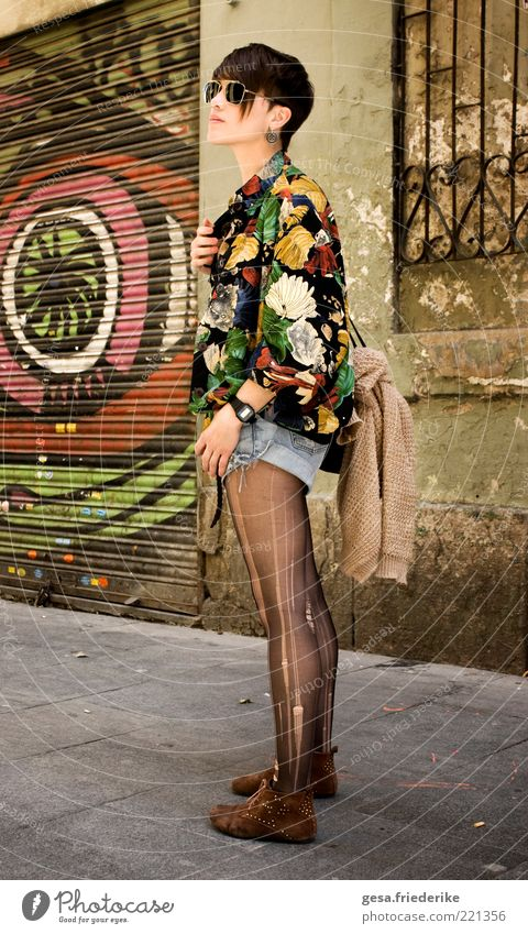 komm her, junges Ding! feminin Jugendliche 18-30 Jahre Erwachsene Schönes Wetter Mode Accessoire brünett Pony beobachten Blick außergewöhnlich dünn elegant