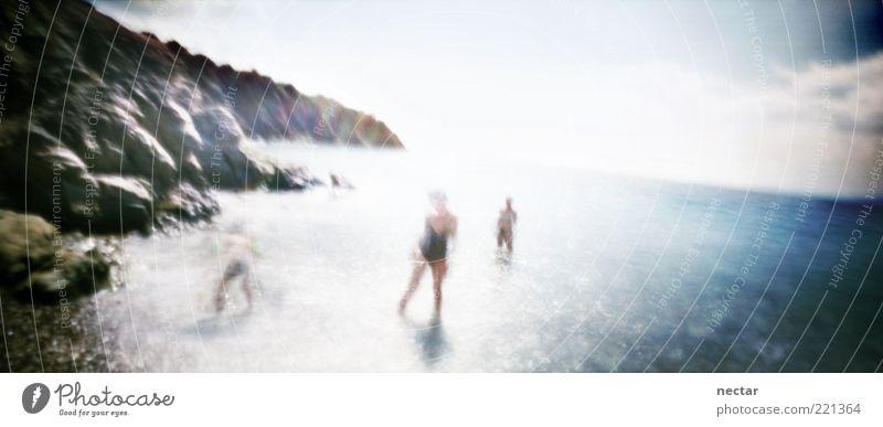 stand on shaky ground Mensch Himmel Natur Wasser Sommer Sonne Meer Landschaft Gefühle Küste Glück Felsen Menschengruppe Freundschaft Stimmung Kunst