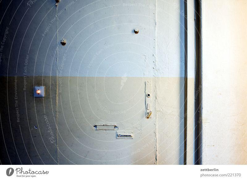 Tür Mauer Wand alt Einsamkeit Briefkasten Tarnung geschlossen Lichtschalter Flur Treppenhaus Eingang Farbfoto Gedeckte Farben Innenaufnahme Detailaufnahme