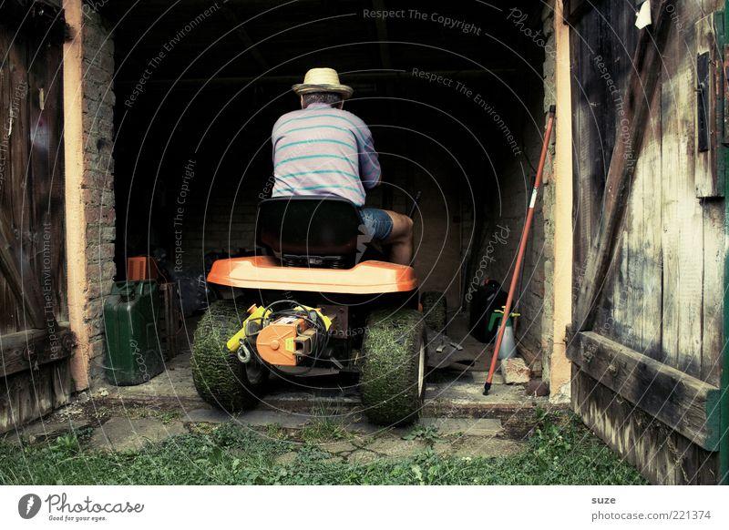 Sackgasse Mensch Mann alt Erwachsene Senior Garten offen sitzen maskulin fahren Hut Tor Ruhestand parken Gartenarbeit Garage