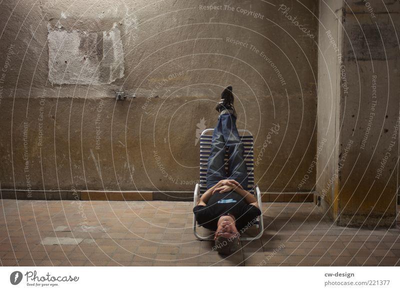 EY, CHILL MAL! Mensch maskulin Junger Mann Jugendliche Erwachsene 1 18-30 Jahre Mauer Wand liegen sitzen außergewöhnlich Coolness trendy kalt Zufriedenheit