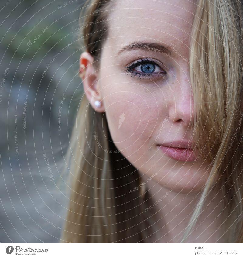 . Frau Mensch schön ruhig Erwachsene Wärme feminin Zeit Zufriedenheit blond Lächeln warten beobachten Neugier Sicherheit Vertrauen