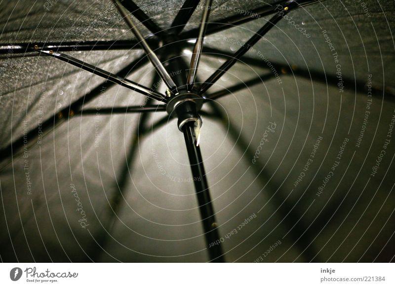Automatik schwarz kalt dunkel grau Stimmung offen nass trist Spitze Schutz Regenschirm Schirm schlechtes Wetter Stab Wetterschutz gespannt
