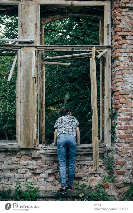 Kuckuck feminin Junge Frau Jugendliche 1 Mensch 18-30 Jahre Erwachsene 30-45 Jahre Haus Ruine Fenster Blick Häusliches Leben ästhetisch kaputt Neugier
