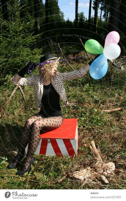 rosa, grün und hellblau Mensch Natur Jugendliche rot schwarz Wald feminin Erwachsene blond sitzen Luftballon Körperhaltung Show Kitsch festhalten