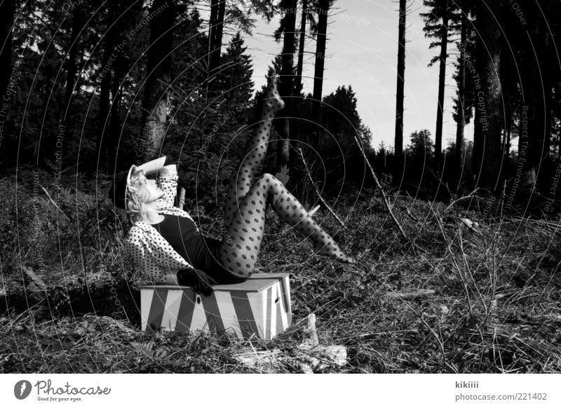 Lena Mensch Natur Jugendliche schön Wald Wiese feminin blond Erwachsene Körperhaltung liegen Show Leidenschaft Hut Kasten Theaterschauspiel