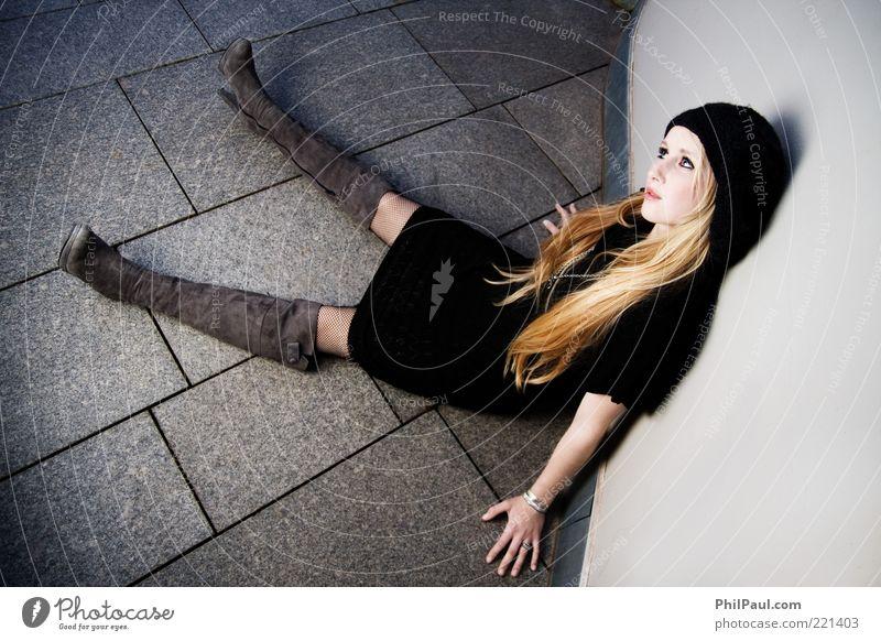 Ausgespielt Frau Mensch Jugendliche ruhig Erwachsene feminin Tod Wand Stil Mode blond sitzen liegen Lifestyle Boden Kleid