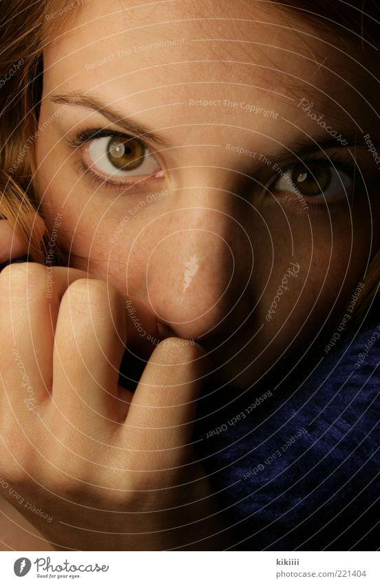 Blau Mensch Jugendliche Hand schön blau Winter Auge feminin Erwachsene braun Nase Finger außergewöhnlich weich nah rein