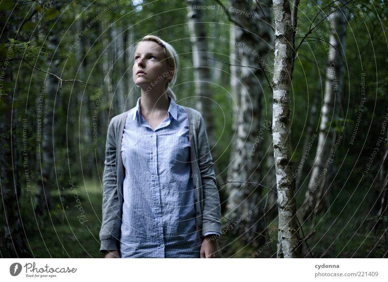 Das Herz ist ein dunkler Wald Lifestyle Stil schön Mensch Junge Frau Jugendliche 18-30 Jahre Erwachsene Umwelt Natur Einsamkeit einzigartig entdecken Erwartung