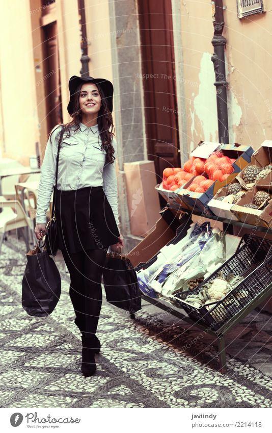 Junge Frau mit Einkaufstaschen Frucht Lifestyle kaufen elegant Stil Glück schön Haare & Frisuren Gesicht Mensch Erwachsene Straße Mode Hemd Rock Hut brünett
