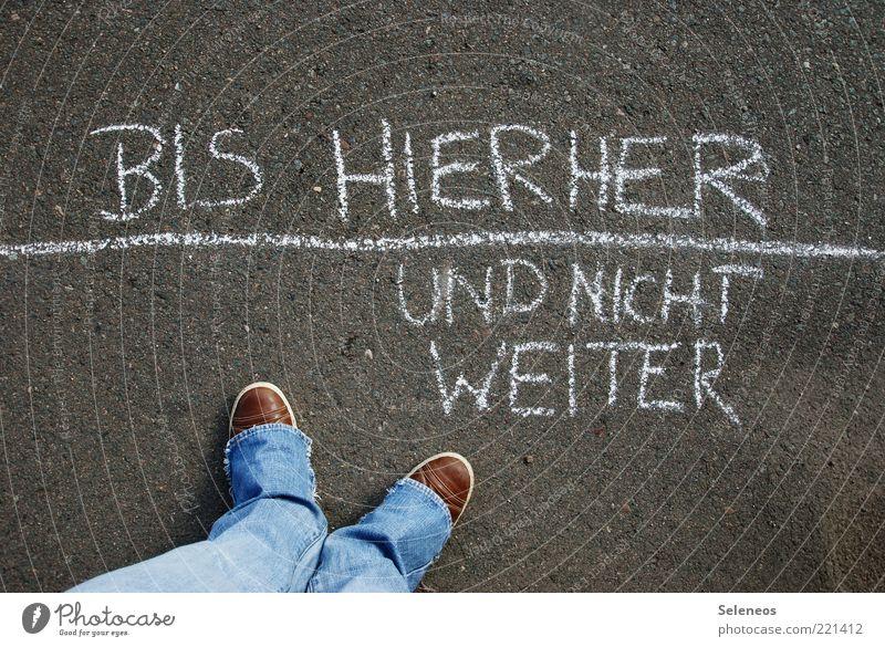 bis hierher Mensch Straße Spielen Fuß Schuhe Linie Beine Graffiti Schilder & Markierungen Jeanshose stehen Schriftzeichen Freizeit & Hobby Asphalt Hose außergewöhnlich