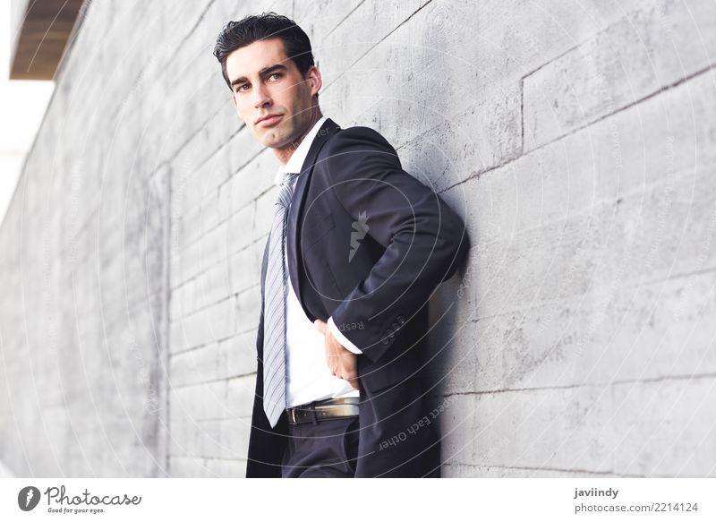 Geschäftsmann, der blauen Anzug und Bindung in städtischem trägt Erfolg Arbeit & Erwerbstätigkeit Business Mensch Mann Erwachsene Straße Mode Hemd modern klug