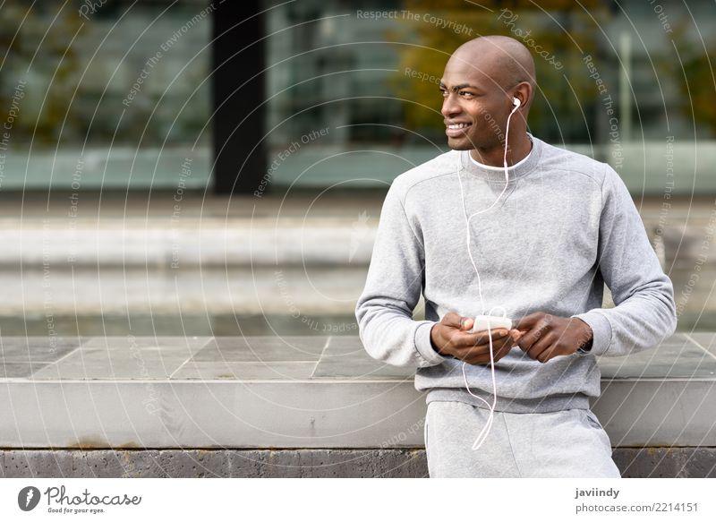 Mensch Jugendliche Mann 18-30 Jahre schwarz Erwachsene Straße Lifestyle Sport Glück Textfreiraum Musik Technik & Technologie Aktion Lächeln Bekleidung
