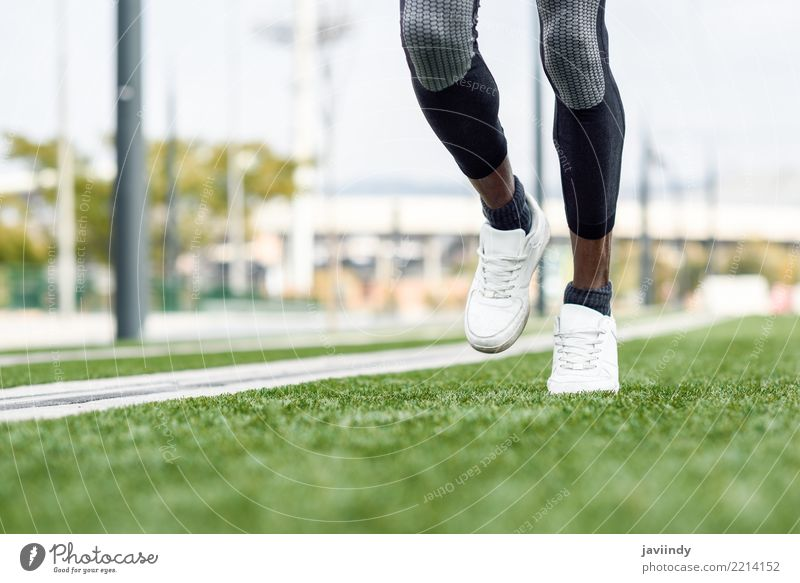 Füße des schwarzen Mannes beginnend, in städtischen Hintergrund zu laufen. Mensch Erwachsene Lifestyle Sport Fuß Aktion Fitness Turnschuh Typ muskulös Läufer