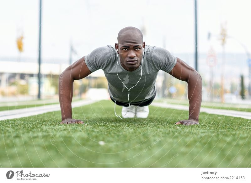 Das Trainieren des schwarzen Mannes des Eigners drücken ups Mensch Erwachsene Lifestyle Sport Körper Kraft Aktion Fitness stark Kopfhörer Typ muskulös