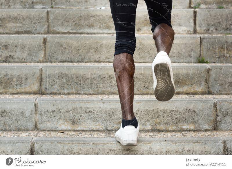 Athletische Beine des schwarzen Sportmannes mit scharfen Muskeln Mensch Mann Erwachsene Lifestyle Körper Kraft Aktion Fitness Typ muskulös Läufer Joggen üben