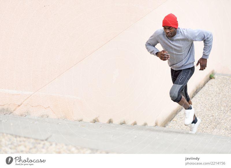 Schwarzer Mann rennt nach oben ins Freie. Lifestyle Körper Winter Sport Joggen Mensch Erwachsene Fitness muskulös schwarz Kraft Treppe rennen Freitreppe Läufer