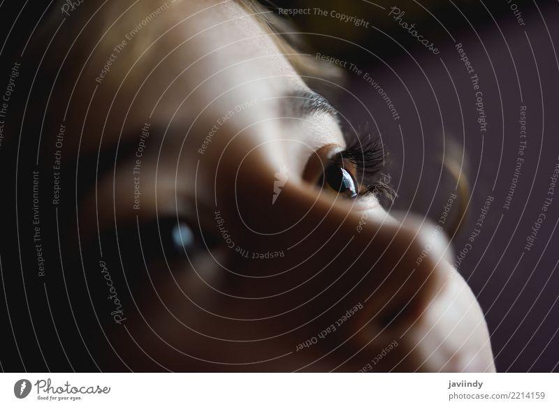 Nahaufnahme von schönen braunen Augen des kleinen Mädchens Gesicht Kind Mensch Baby Frau Erwachsene weiß Farbe schließen nach oben jung hübsch Aussicht Wimpern