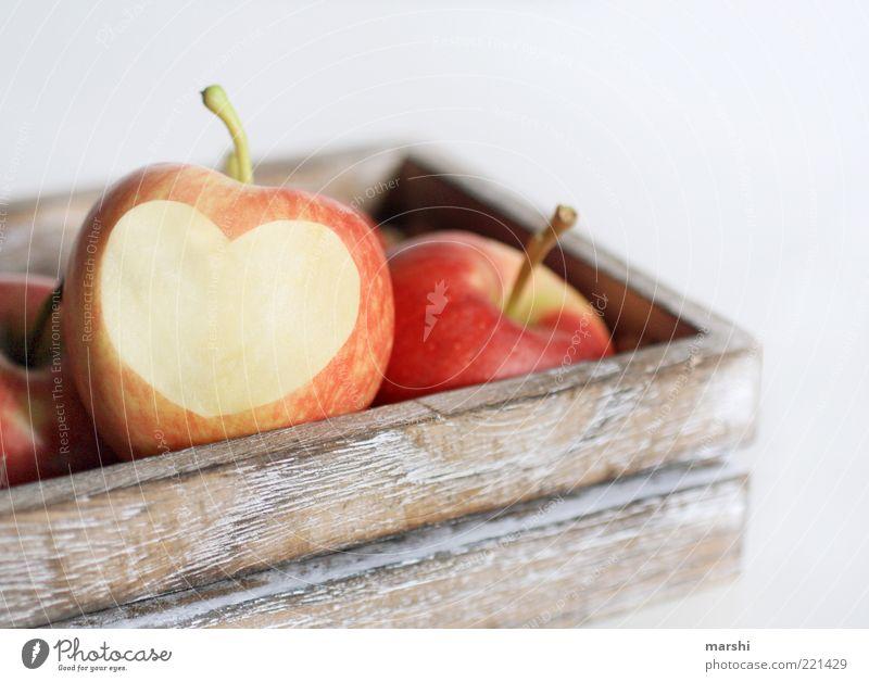 I Love Apple Lebensmittel Frucht Apfel Ernährung Bioprodukte Vegetarische Ernährung lecker gelb rot Herz Liebe herzförmig Kasten Holzkiste Freisteller