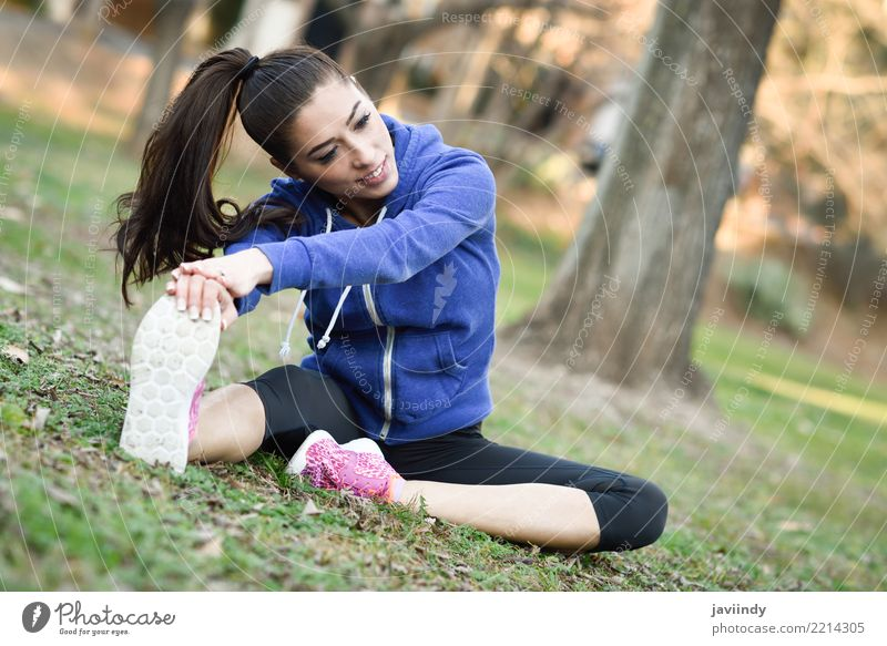 Junge Frau, die nachdem draußen laufen ausdehnt. Mensch schön weiß Erwachsene Lifestyle Sport Park Aktion Fitness niedlich Wellness Model brünett Dame Läufer