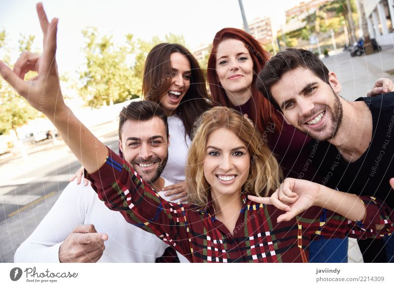 Gruppe Freunde, die selfie im städtischen Park nehmen Lifestyle Freude Glück schön Freizeit & Hobby Telefon PDA Fotokamera Mensch maskulin Frau Erwachsene Mann