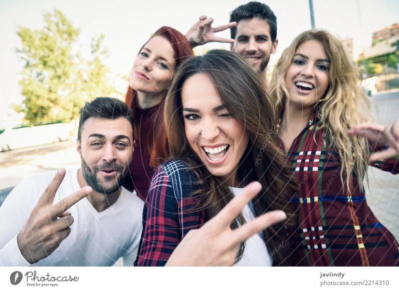 Gruppe Freunde, die selfie im städtischen Park nehmen Lifestyle Freude Glück schön Freizeit & Hobby Telefon PDA Fotokamera maskulin feminin Frau Erwachsene Mann