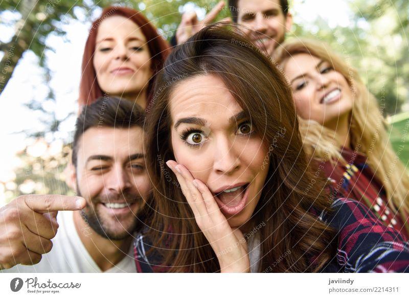 Gruppe Freunde, die selfie im städtischen Park nehmen Frau Mensch Jugendliche Mann schön Freude 18-30 Jahre Erwachsene Straße Lifestyle feminin lachen Glück