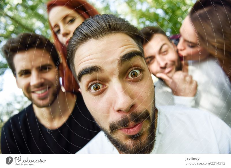 Gruppe Freunde, die selfie im städtischen Park nehmen Lifestyle Freude Glück schön Freizeit & Hobby Telefon PDA Fotokamera Mensch Frau Erwachsene Mann