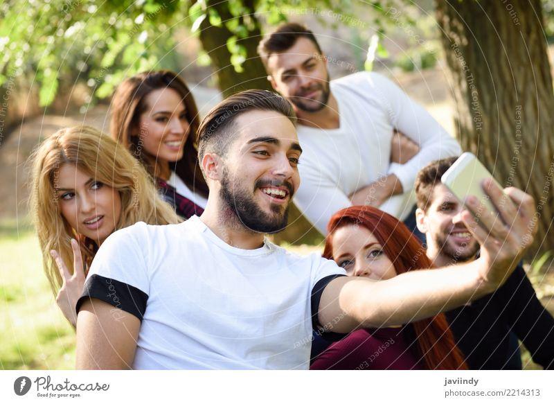 Gruppe Freunde, die selfie im städtischen Park nehmen Lifestyle Freude Glück schön Freizeit & Hobby Telefon PDA Fotokamera Frau Erwachsene Mann Freundschaft 6