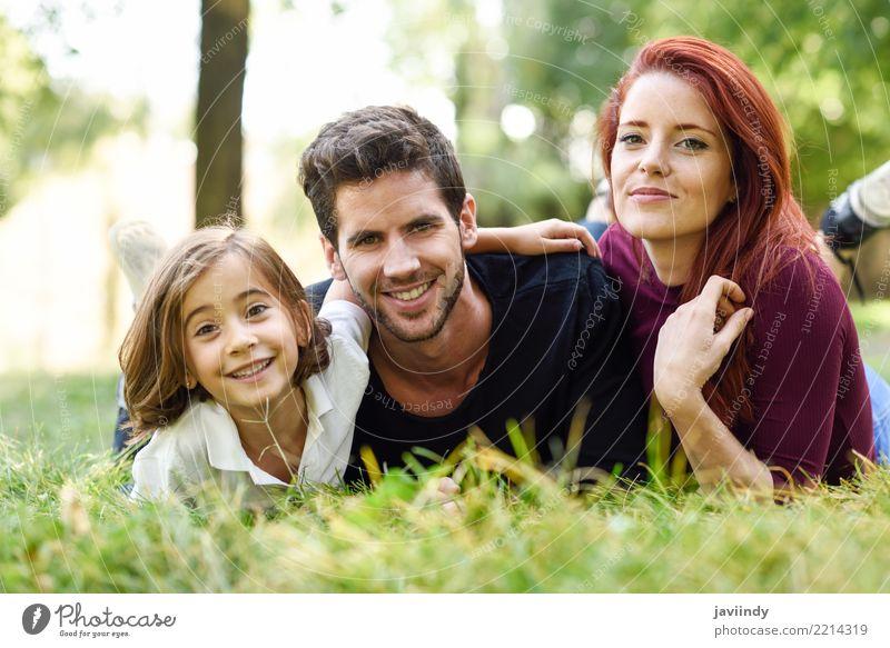 Glückliche junge Familie in einem städtischen Park. Kind Frau Mensch Natur Jugendliche Mann Sommer schön Freude 18-30 Jahre Erwachsene Lifestyle Herbst Liebe