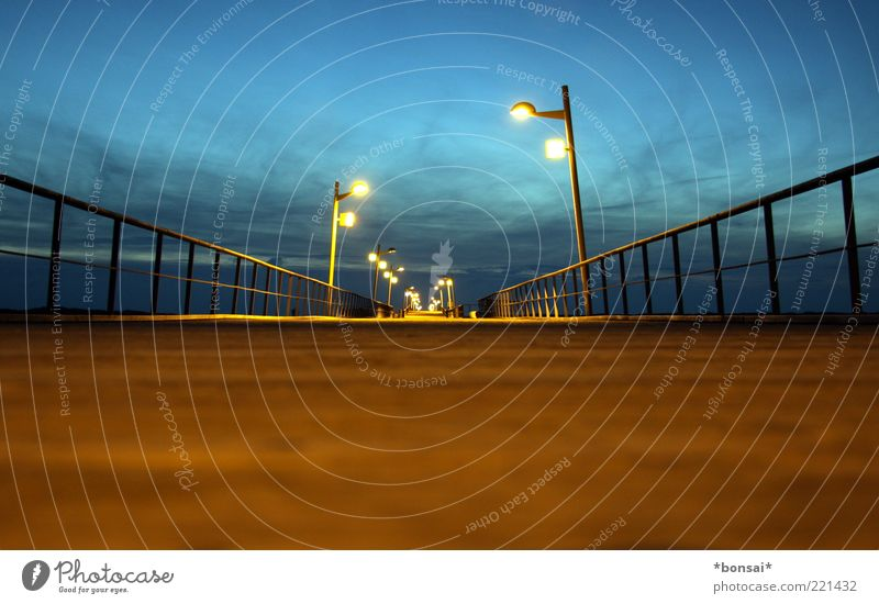 the brigde Himmel blau ruhig Wolken Ferne dunkel braun Küste Horizont Beginn Perspektive Brücke Ziel Unendlichkeit lang leuchten