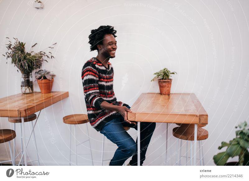 Mensch Jugendliche Mann Erholung Freude Erwachsene Lifestyle Holz modern sitzen Lächeln Tisch Restaurant Café tropisch Afro-Look