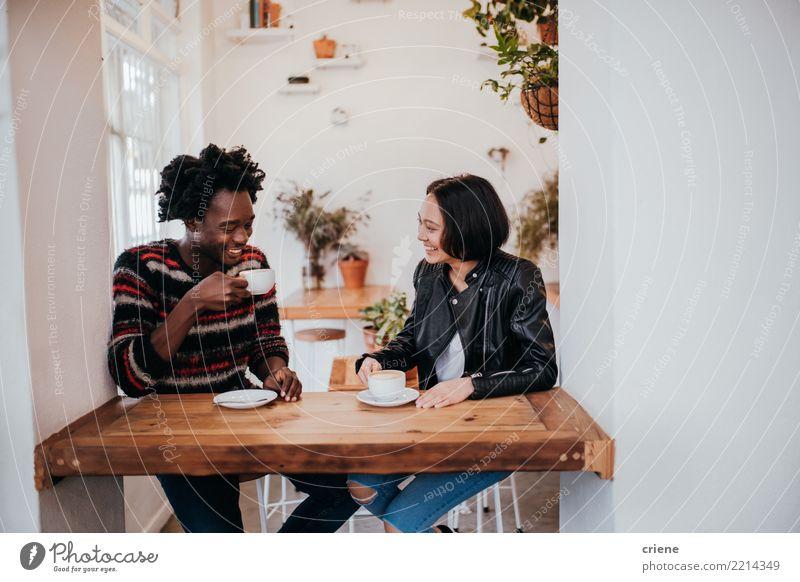 Mixed Race junges erwachsenes Paar trinkt Kaffee im Cafe Frühstück Kaffeetrinken Getränk Heißgetränk Espresso Lifestyle Freude Tisch Restaurant Sitzung Mensch