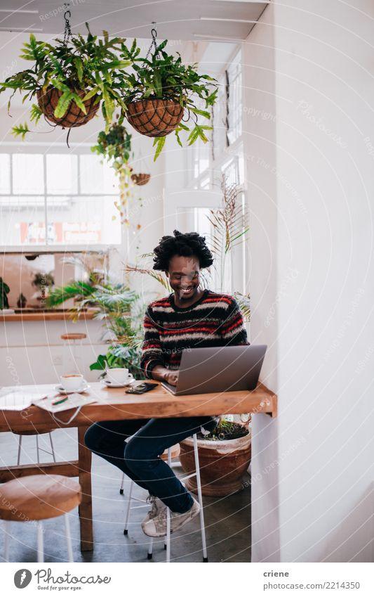 Mensch Jugendliche Mann Junger Mann 18-30 Jahre Erwachsene Lifestyle Business Arbeit & Erwerbstätigkeit maskulin Büro modern Technik & Technologie sitzen