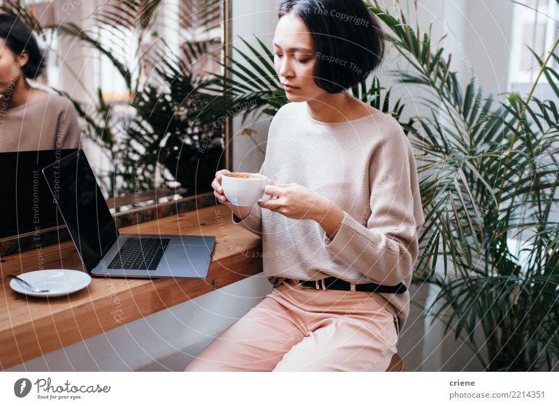Trinkender Kaffee der überzeugten jungen asiatischen Geschäftsfrau im Café Frühstück Getränk trinken Espresso Tisch Restaurant Erfolg Arbeit & Erwerbstätigkeit