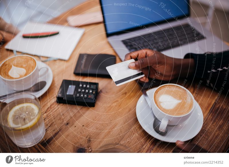 Mann, der Kreditkarte für Zahlung im Restaurant verwendet Getränk trinken Kaffee Espresso Lifestyle Geld Erfolg Arbeit & Erwerbstätigkeit Kapitalwirtschaft