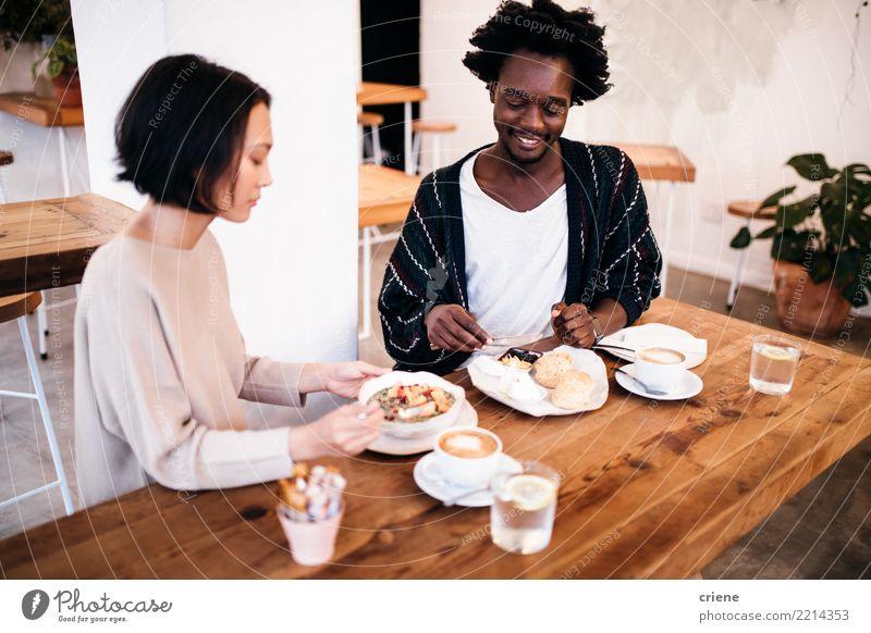 Mixed Race Paar beim gemeinsamen Frühstücken im Restaurant Lebensmittel Essen Kaffeetrinken Getränk Espresso Schalen & Schüsseln Lifestyle Freude Glück Erholung