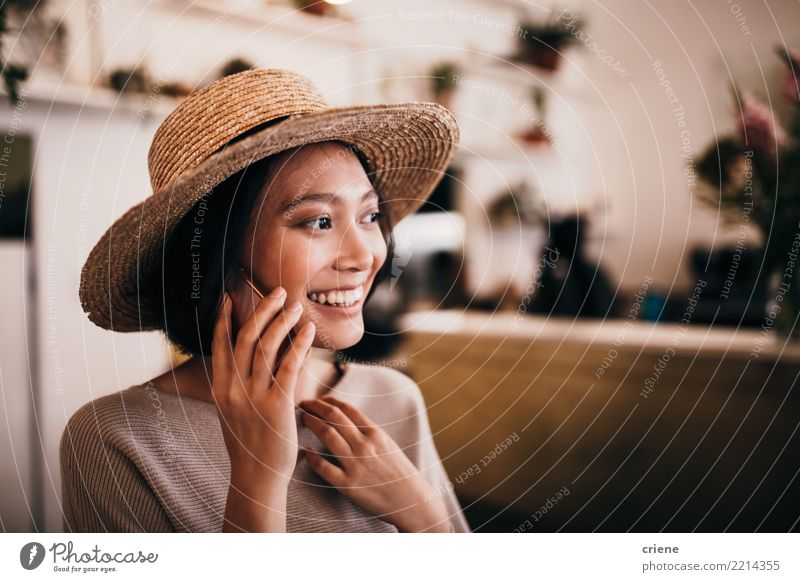 Weiblicher asiatischer Erwachsener in einem Gespräch bei einem Anruf Frau Mensch Jugendliche Junge Frau Freude 18-30 Jahre Lifestyle Gefühle feminin Glück